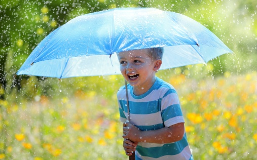 rain_boys_umbrella_smile_478736_2880x1800